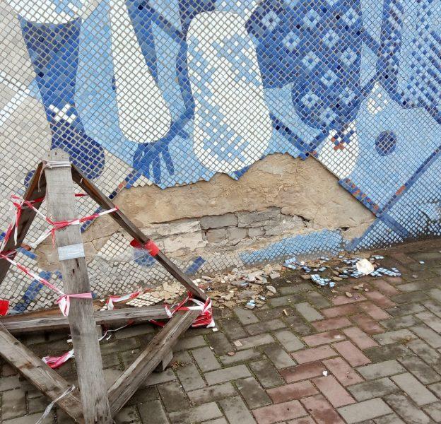 В Новозыбкове горожане оплакивают разрушающееся мозаичное панно