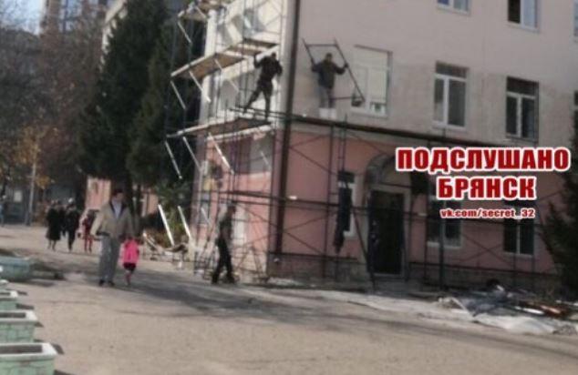Опасный ремонт в детской поликлинике в Брянске сняли на фото