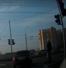 В Брянске сняли на видео наглый проезд легковушки на «красный»