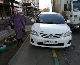 В Брянске перекрыл тротуар автохам на «Тойоте»