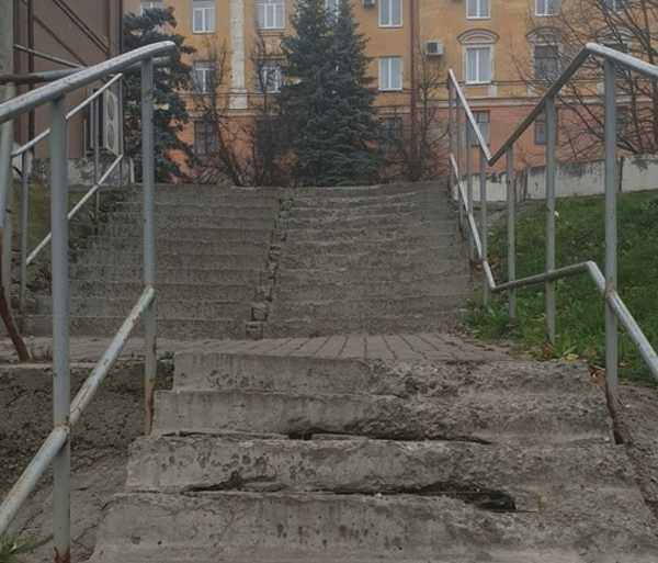В Брянске пожаловались на позорную лестницу возле «Дубравы»