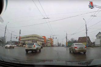 В Брянске на Городищенской горке сняли на видео двух автохамов