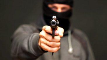 Брянский уголовник в маске ограбил магазины на Смоленщине и в Подмосковье