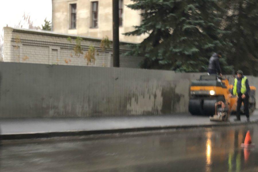 В Брянске асфальт на улице Калинина укладывают в дождь