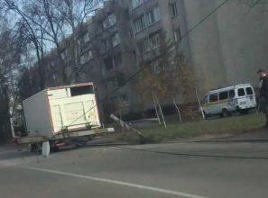 В Брянске на дорогу рухнул столб