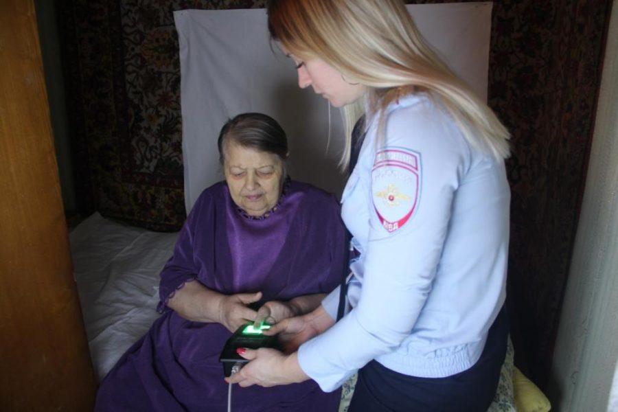 Инвалиду в Брянске оформили загранпаспорт на дому