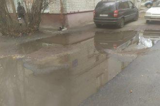 В Брянске двор многоэтажки утонул в огромной луже