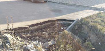 В Брянске на остановке разрушился асфальт