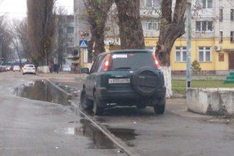 В Брянске на Володарке автохам перекрыл пешеходный тротуар