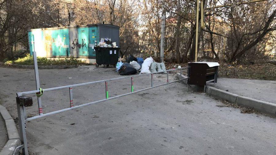 Жители Брянска отгородились от мира шлагбаумом