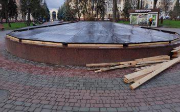 В Брянске в Круглом сквере фонтан подготовили к зиме