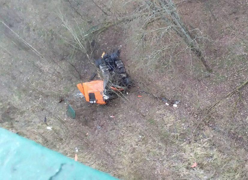Под Брянском водитель тягача упал с моста и остался жив