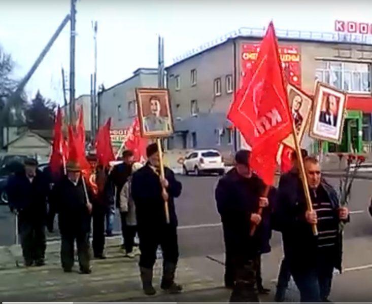 В брянском посёлке Локоть прошло шествие с портретами Сталина и Ленина