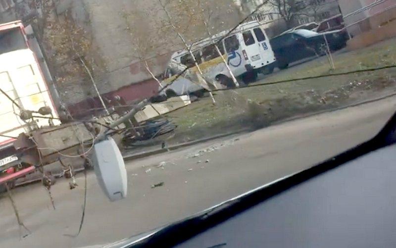 В Брянске столб рухнул на дорогу из-за врезавшегося автомобиля