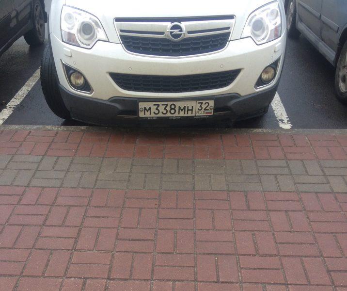 В Клинцах водитель «Опеля» поцарапал на парковке машины