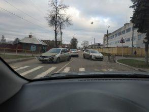 В Клинцах на перекрестке равнозначных дорог не разъехались легковушки
