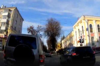 В Брянске автохамы едва не устроили аварию на оживленном перекрестке