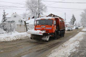 В Брянске дороги Володарского района от снега будут очищать 24 машины
