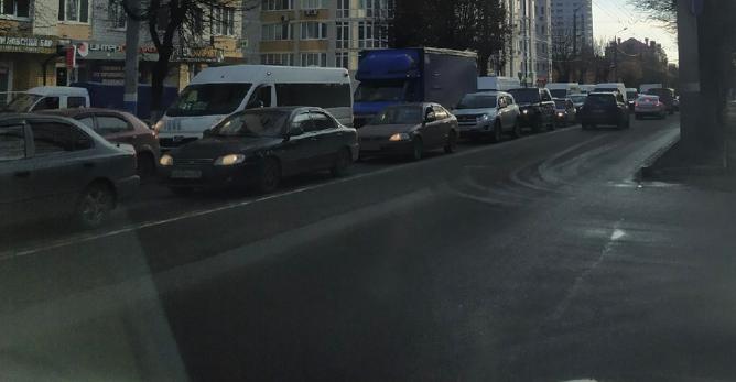 Брянск встал в огромной пробке из-за ДТП на площади Партизан