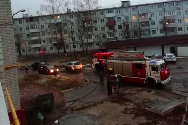 В брянской многоэтажке ранним утром произошел пожар
