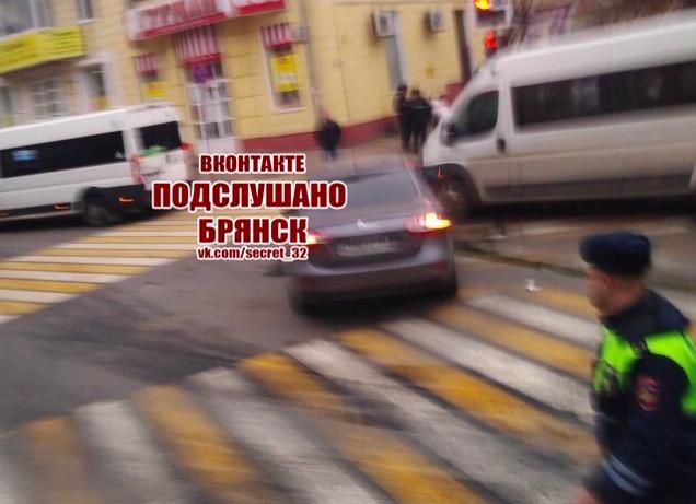 В Брянске проспекте Ленина маршрутка попала в ДТП