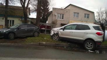 В Брянске возле БГТУ столкнулись две иномарки