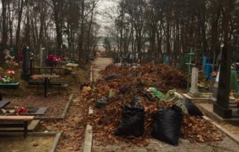 Жители Клинцов жалуются на мусорный апокалипсис на кладбище