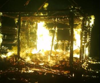В Дятьково ночью сгорел дачный домик: есть пострадавший