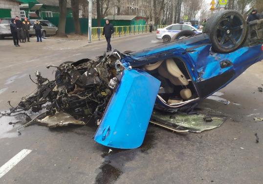 В Брянске водитель BMW протаранил два автомобиля и перевернулся