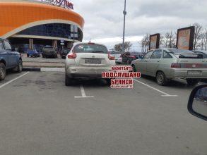 В Брянске у «Аэропарка» сфотографировали автохама