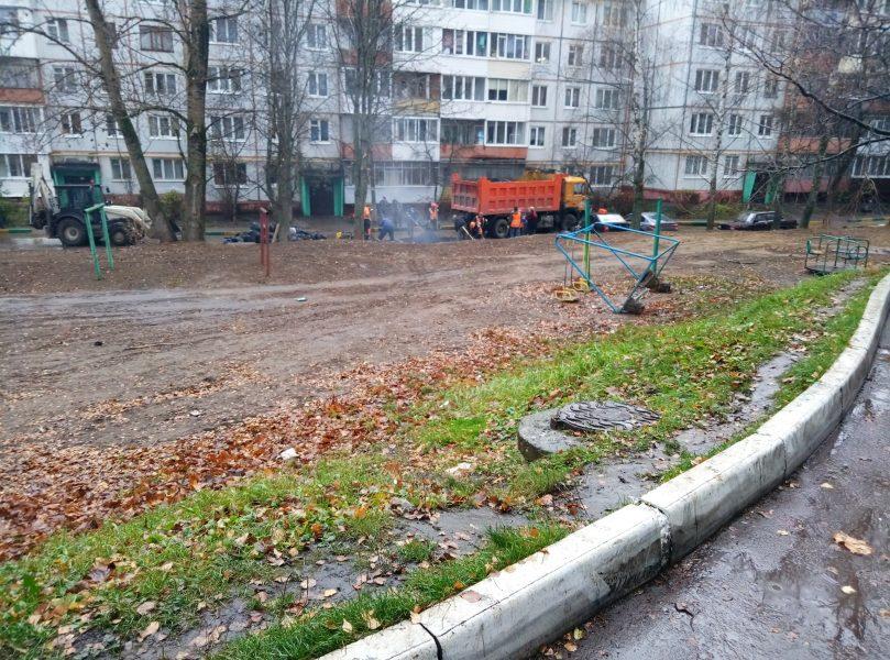 В Брянске асфальт на переулке Пилотов укладывали в дождь