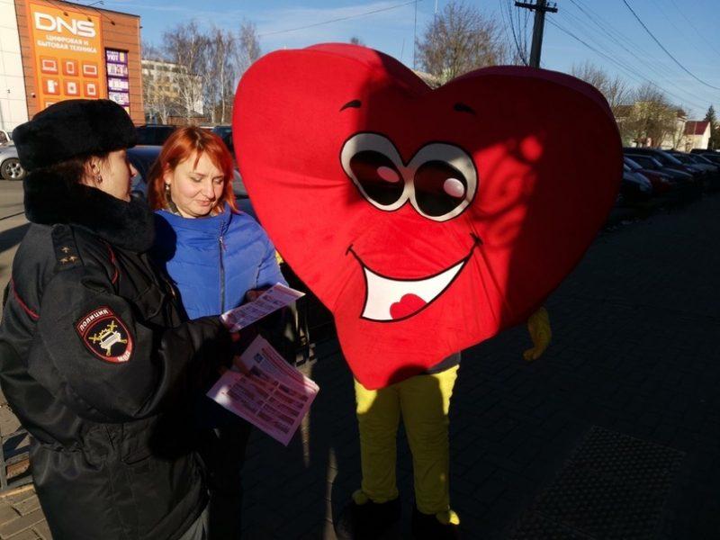 В Новозыбкове плюшевое сердце призвало пешеходов соблюдать ПДД