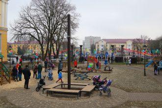 В Брянске в парке железнодорожников открыли новый детский городок