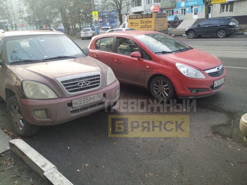 В Брянске сняли на фото мастера парковки во втором ряду