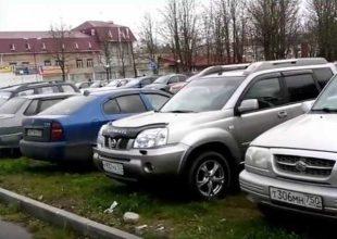 В Брянске водители устроили парковку на газоне в сквере Пролетарском