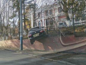 В Брянске иномарка скатилась с парковки наркодиспансера и протаранила забор