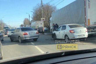 В Брянске на улице Карачижской столкнулись две легковушки