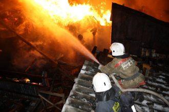В брянском селе на частном подворье сгорели баня и гараж