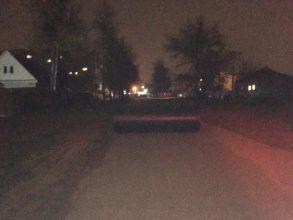 В Брянске шутники перекрыли дорогу трубой канализационного коллектора