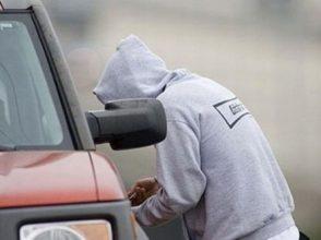 В Брянске 22-летний парень обокрал пять автомобилей