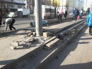 В центре Брянска новую тротуарную плитку закатали в асфальт