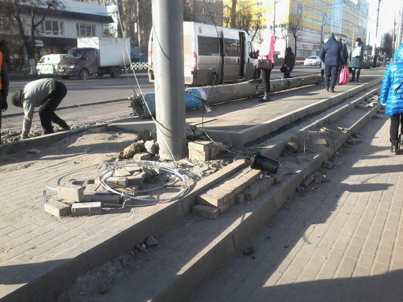 В Брянске закатали в асфальт тротуарную плитку