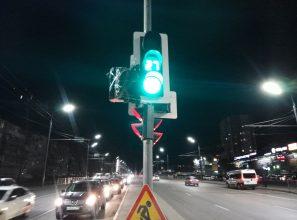 В Брянске стрелку светофора на Пилотов закрыли позорным пакетом
