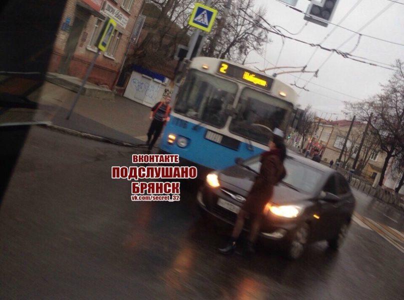 В Брянске невнимательная автоледи подрезала троллейбус №2