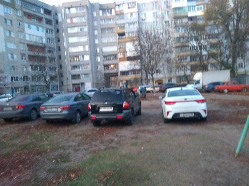В Брянске автохамы захватили детскую площадку во дворе многоэтажки