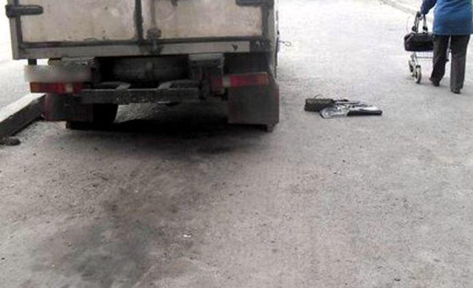 В Брянске водитель микроавтобуса при движении назад наехал на 33-летнюю женщину