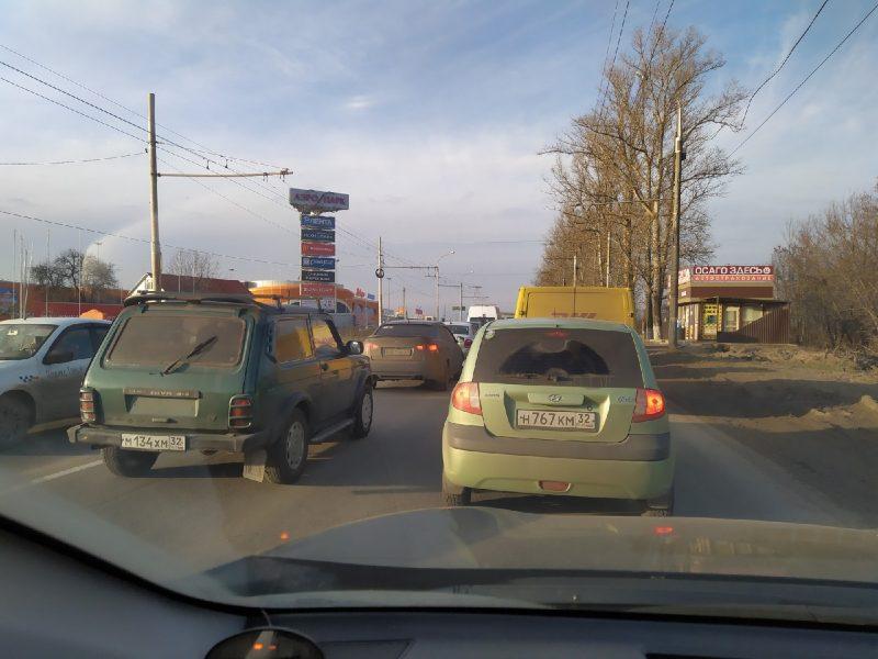 В Брянске улицу Объездную в районе «Аэропарка» сковала адская пробка