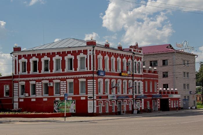 В Новозыбкове пьяный мужчина разбил окно на швейной фабрике