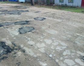 Жителей поселка Климово удивил «дырочно-ямочный» ремонт