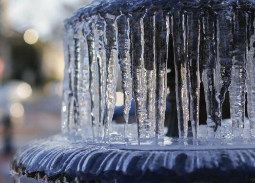 В Брянске замерз светомузыкальный фонтан в Круглом сквере